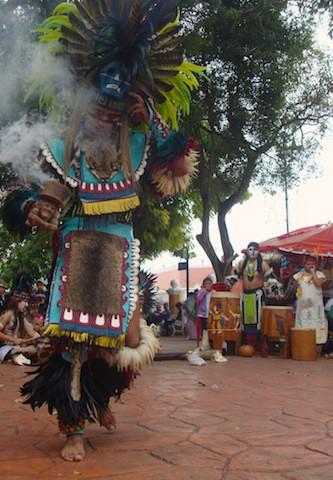 Un grupo folclórico ejecutan música y danza en la plaza de Valladolid el 21 de diciembre de 2012