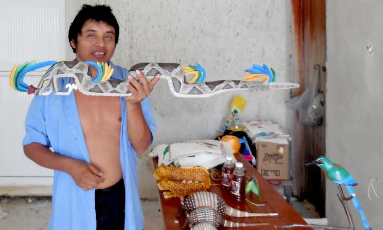 Santos Esteban con un bastón de serpiente