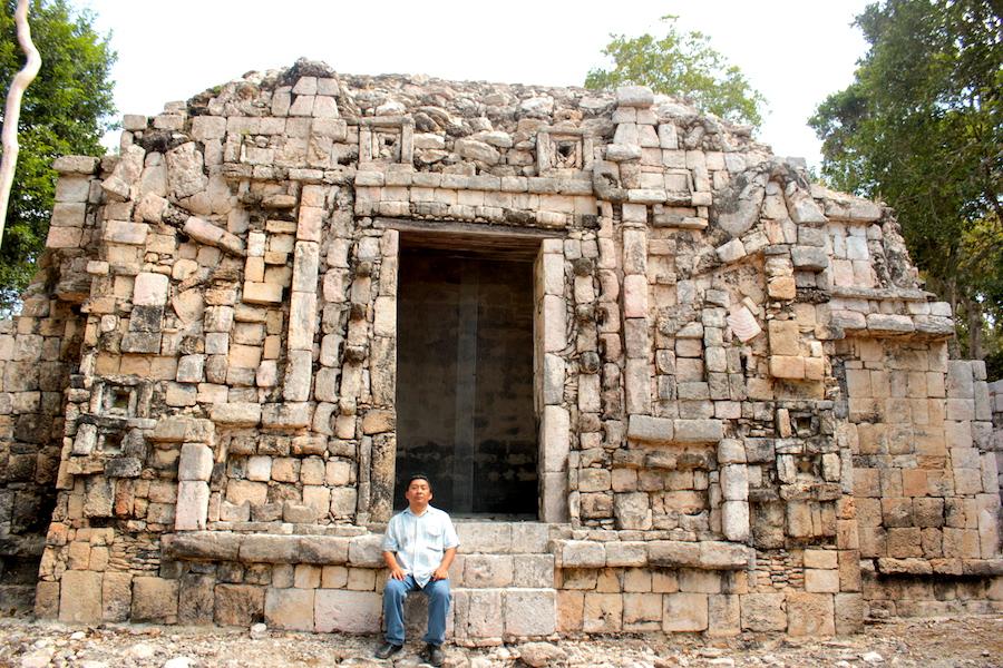 Un paseante posa frente a emblemático edificio en Xtampak, Campeche