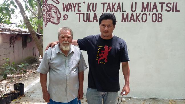 El maestro Jesús Rosales y el historiador Gilberto Avilez, ante la biblioteca del primero en Bacalar