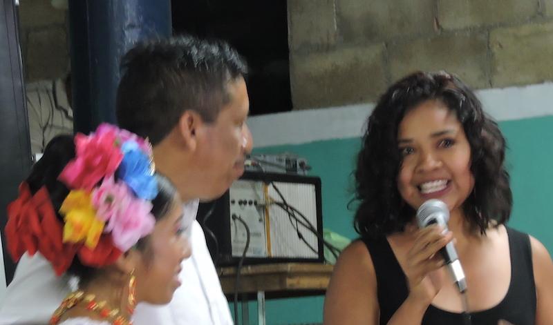 Jazmín Novelo canta y participa en eventos familiares de su comunidad en un acto de solidaridad