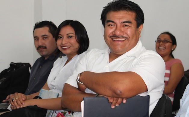 Daniela Esther Cano Chan, flanqueada por Armando Cauich y Fidencio Briceño Chel, en un evento en CDI Mérida. Foto archivo elchilambalam