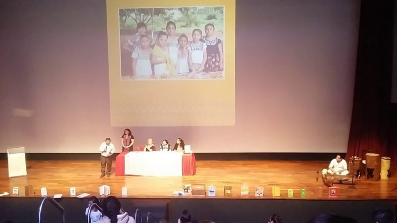 Mujeres mayas ovacionan al poeta Isaac Carrillo en el Gran Museo Maya