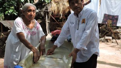"""""""¿Votaste por mí?"""", pregunta el alcalde de Peto a una anciana que le pide ayuda"""