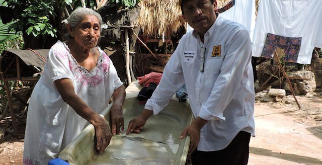Fotografía Bernardo Caamal/ Victoria Bacab, de 82 años, conversa con Arux Duende del Mayab, en Peto