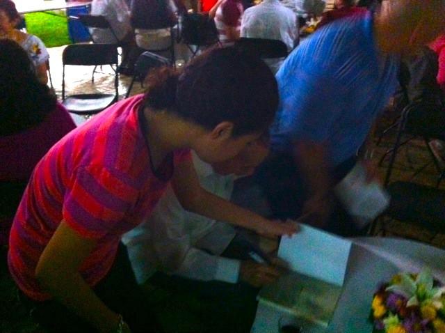 El autor autografiando su obra para una niña.