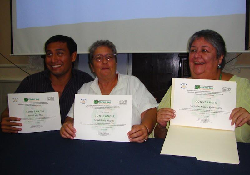 Ismael May, Mijal Brody y Alejandra García, después de la mesa panel sobre bilingüismo.