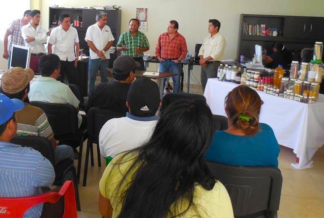 Amadeo Cool May y el rector Remigio Carvajal Avila, en la firma del convenio este martes 23 en la UT del Mayab, Peto