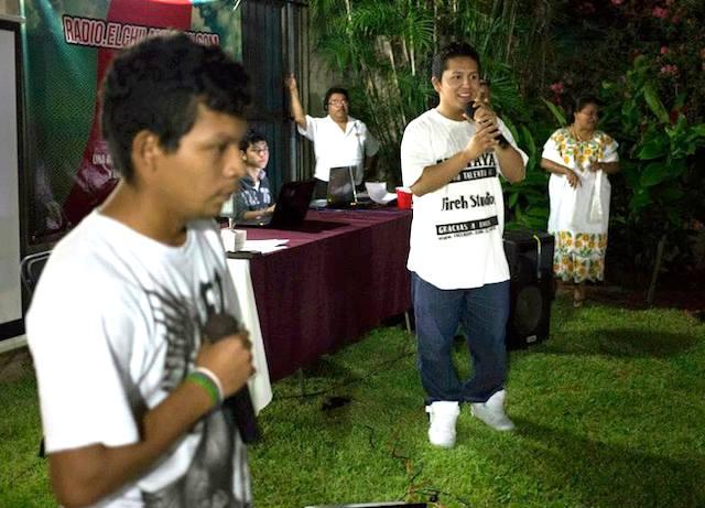 Adrián El Maya (derecha) y su compañero El Mulix, durante la presentación de radio elchilambalam el 8 pasado en la casa Ediciones de la Calle 70