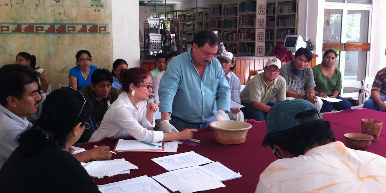 Análisis de cerámica con la ayuda de especialistas, en el INAH