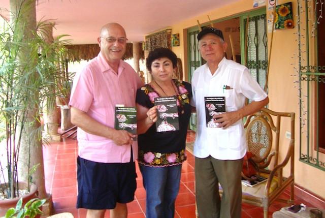 Bartolomé Alonzo Caamal (derecha), acompañado de Dennis y Elsy, durante una visita de elchilambalam en Saki' a principios de 2013.