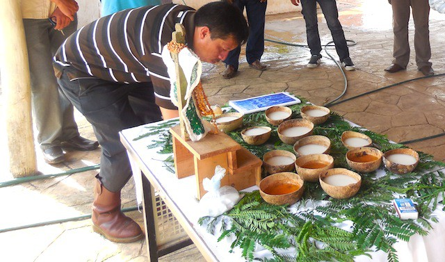 Bernardo Caamal Itzá, el Arux Duende, preparando un altar para una ceremonia maya en Peto, el 8 de febrero pasado.