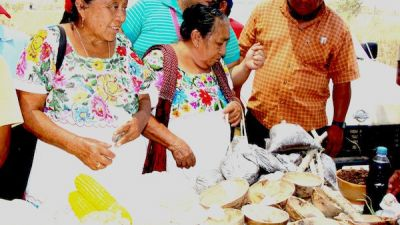 Mujeres-mayas-presentes-en-la-feria.jpg