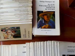 Donan a la Biblioteca de autores mayas una importante colección de 40 volúmenes
