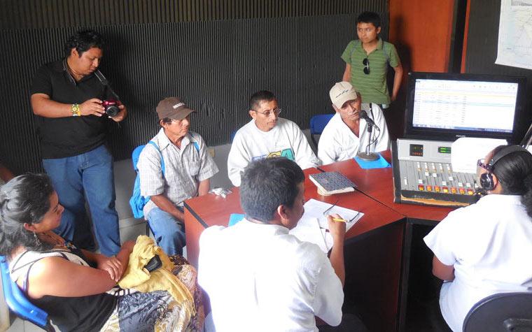 Foro sobre el clima en la cabina de la radio XEPET La voz de los mayas