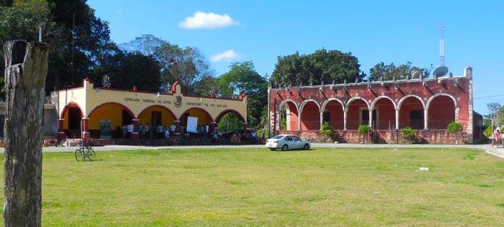 Plaza principal de Ichmul; en el fondo, comisaría y ex cuartel