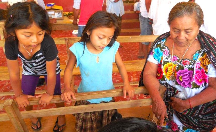 Mujer maya y sus nietas, en Ichmul