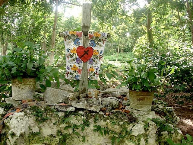 Presunto pedazo de pared de la iglesia de Cisteil que permanece en su lugar.