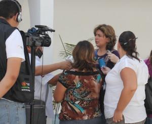 Diana Canto, delegada de la CDI en Yucatán, habla a reporteros de distintos medios de comunicación.