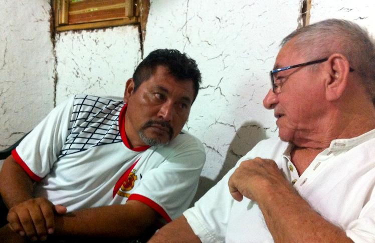 Los escritores Lázaro Kan y Jorge Echeverría en amigable discusión, en el taller literario en Maní