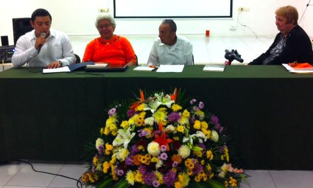 Presentación de Hojarasca el 23 de diciembre de 2013. De camisa blanca, el autor Edgar Alberto Lizama Flores