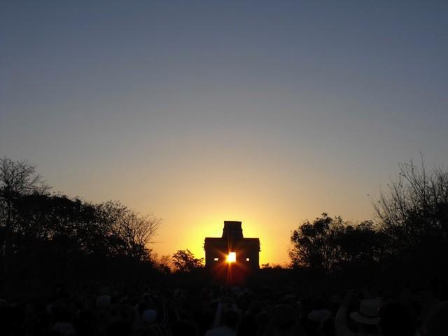 El Sol en la Casa de Muñecas, en Dzibichaltún. Fotografía prestada a   http://www.panoramio.com