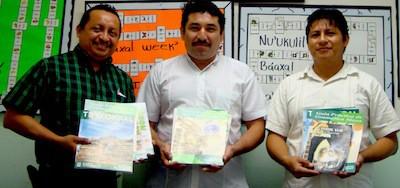 Roger Pool, Armando Cauich y Vicente Canché en la presentación de nuevos maeriales para aprender maya.