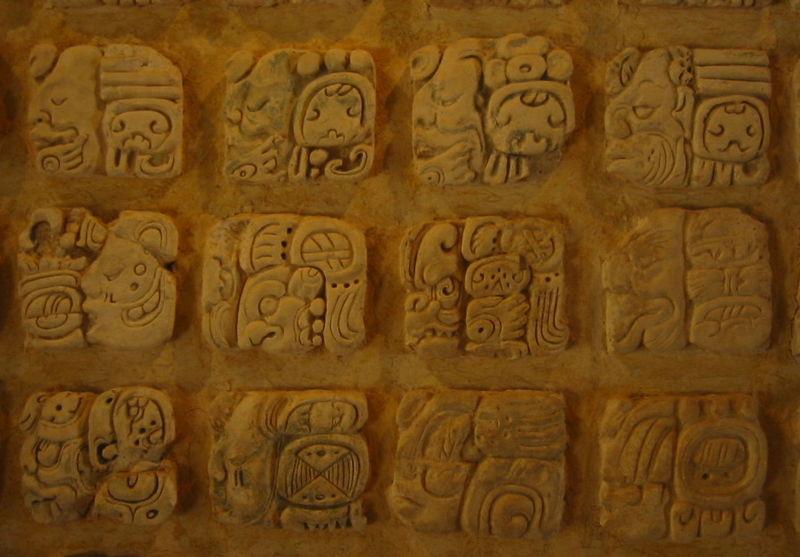 Glifos mayas en el Museo de sitio en Palenque, México. Imagen cortesía de Wikipedia.