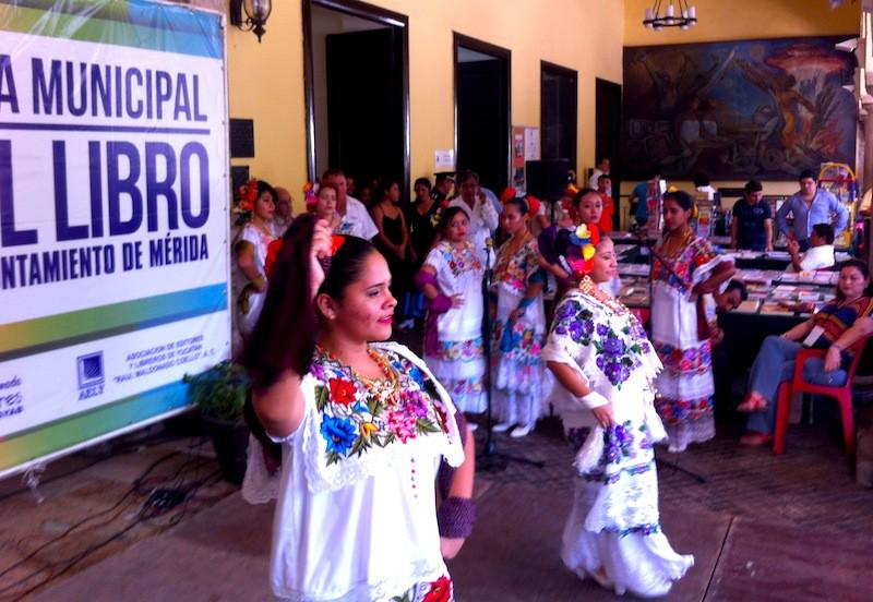 Bailando Muchacha bonita, en la inauguración de la Feria Municipal del Libro.