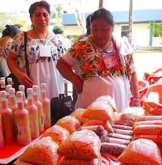 Señoras de Chaksinkin junto a su mesa de semillas y mercaderías.