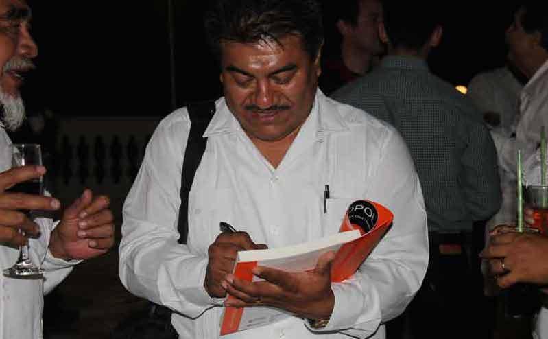 Autografiando la versión del Popol Vuj cuya traducción coordinó