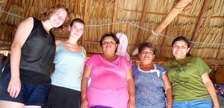 Polly, Cloe, la paciente embarazada, María Ofelia y Fátima Tec