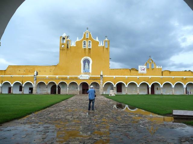 El Convento de Izamal, construido acaso sobre la mayor pirámide del mundo maya.