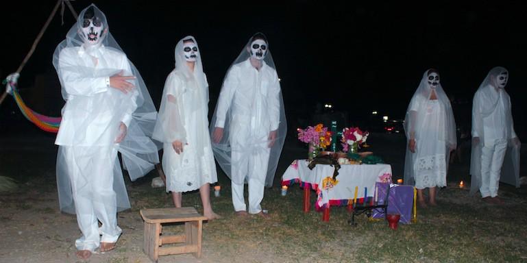 Almas benditas llegan a su banquete, en una escenificación de Kinchil.