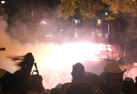 La quema del torito a la entrada de palacio municipal