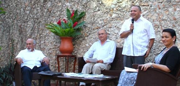 Arturo Caballero Barrón, el autor Pedro Bracamonte y Sosa, Jesús Lizama Quijano y Dulce María Sauri Riancho, en la casa sede de Ediciones de la Calle 70.