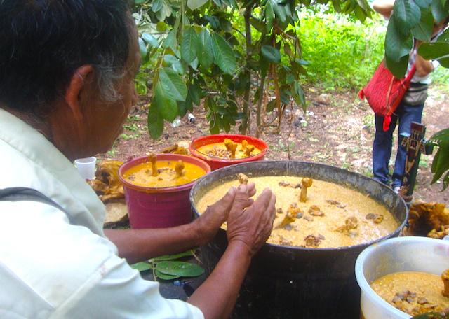 Un jmeen en una ceremonia maya en el sur de Yucatán