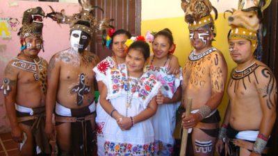 Jugadores de pelota maya impresionan a niños de Mérida