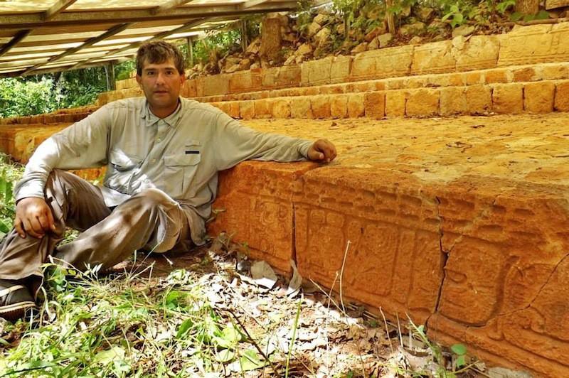 Julio Torres junto a la escalinata de los jeroglíficos