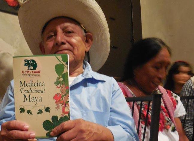 El médico maya Mario Euán muestra su libro, anoche en el restaurante Amaros, en Mérida