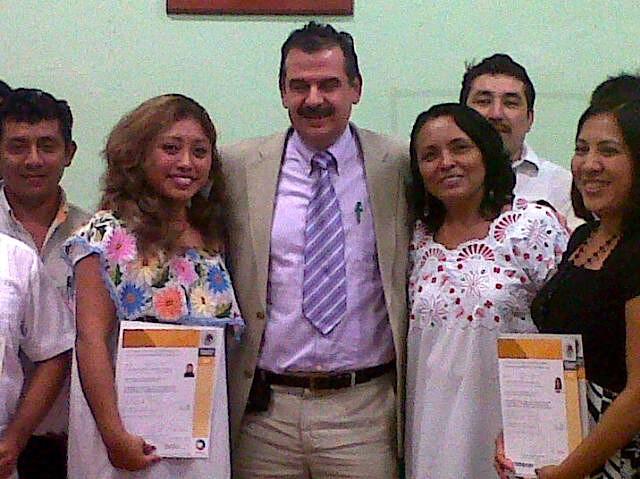 Mayusa González Cauich (izquierda) y compañeras, junto a Genaro Cerna Lara, del INALI, hoy en Indemaya, Mérida.