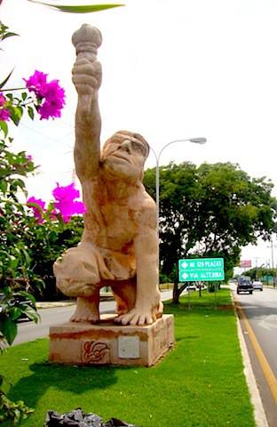 El Canek y su antorcha, en Mérida al final de la avenida que lleva su nombre.