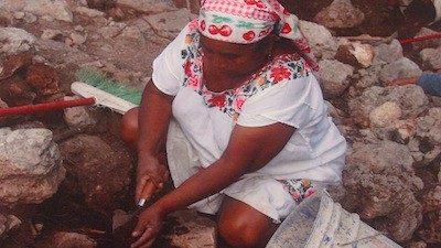 Mujeres mayas hacen trabajos de rescate en Uxmal