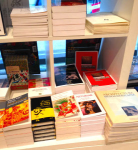 Libros a la venta en la exposición Mayas. Revelación de un tiempo sin fin, en París