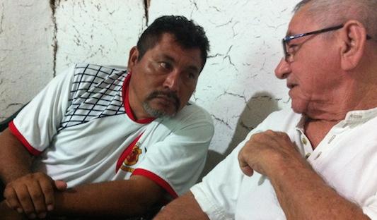 Los escritores mayas Lázaro Kan Ek y Jorge Echeverría Lope, en un evento literario en Maní organizado por Feliciano Sánchez Chan