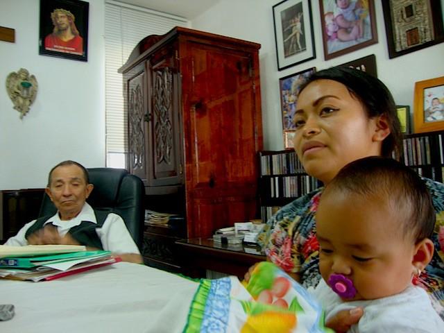 Lizsie Pisté Chan en entrevista con el Chilam Balam, en el consultorio del herbolario Jesús Segura