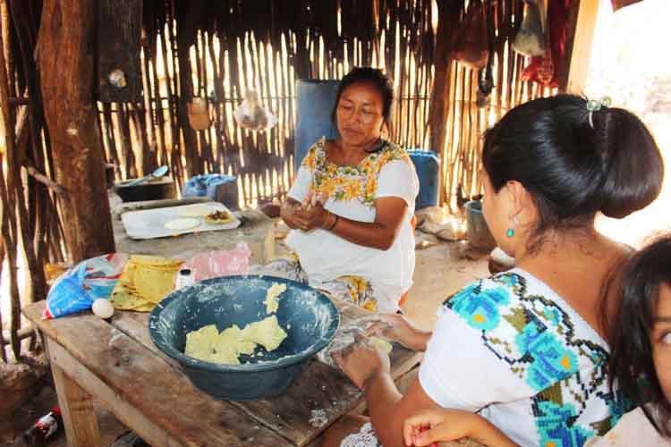 Ko'olelo'obe táan un pak'acho'ob. Mujeres torteando.