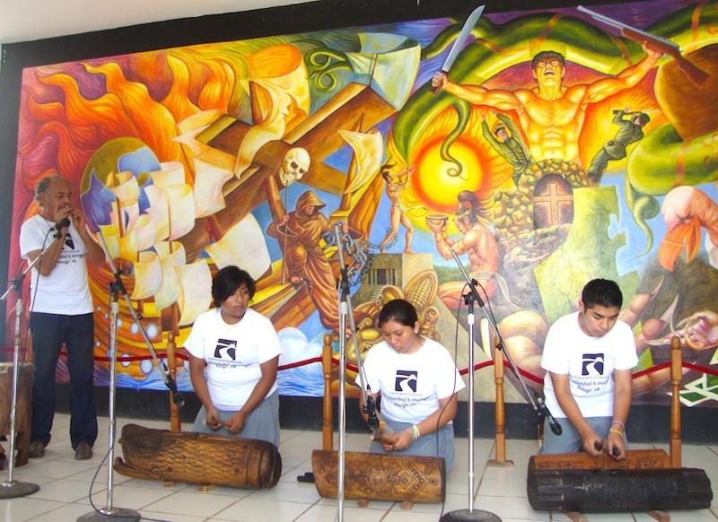 A la izquierda, Ricardo Delgado, promotor cultural avencindado en Felipe Carrillo Puerto.