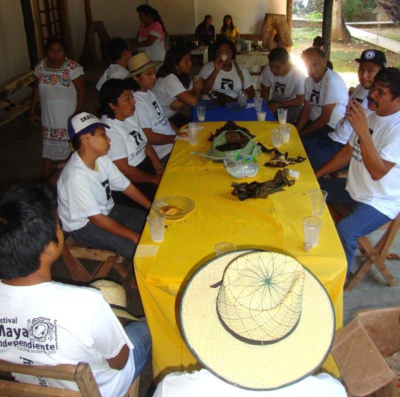 Músicos de Tumben K'aay desayunando en Tihosuco. A la derecha, de bigotes, Martiniano Pérez