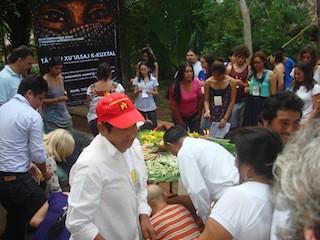 Participantes siembran sus velas alrededor del altar, en Maní